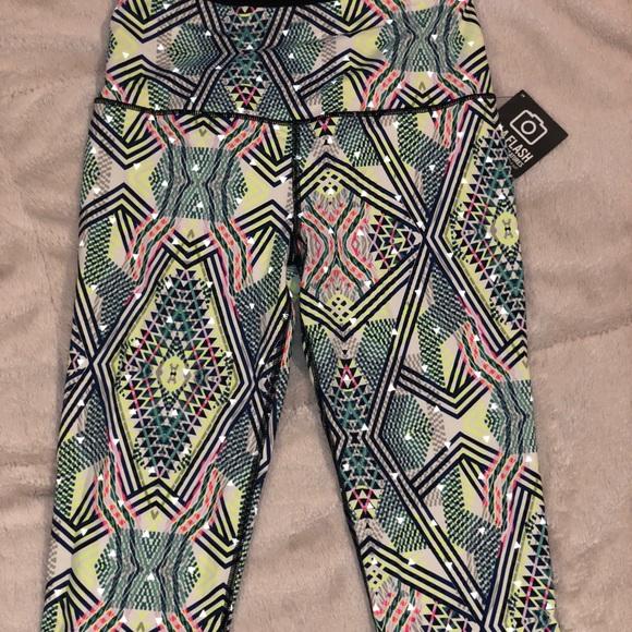 Victoria's Secret Pants - Victoria's Secret high rise crop workout leggings